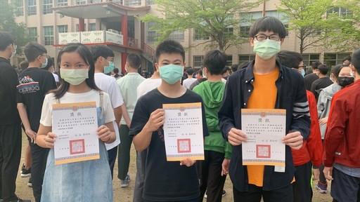 黃懿芃(左一)常代表學校參加字音字形比賽,為校爭光。