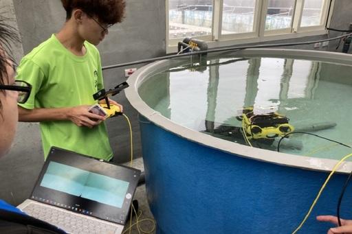 水下無人機具有簡單、輕便、岸上遙控等優勢(海大AI中心提供)