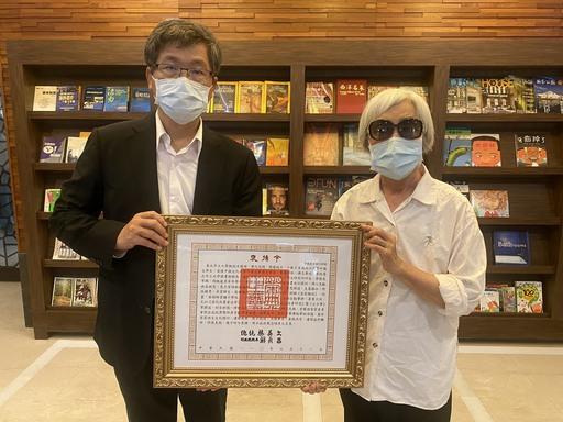 1100611客家委員會主任委員楊長鎮(左)代表蔡英文總統頒發褒揚令予古國順教授遺孀。