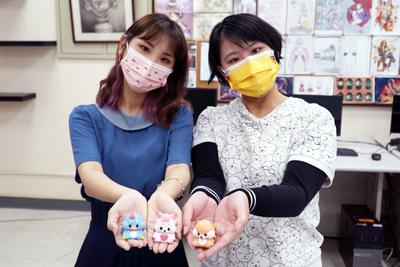 大葉大學碩士生廖芳瑋(左)、戴妘芳(右)打造幸福外送員公仔
