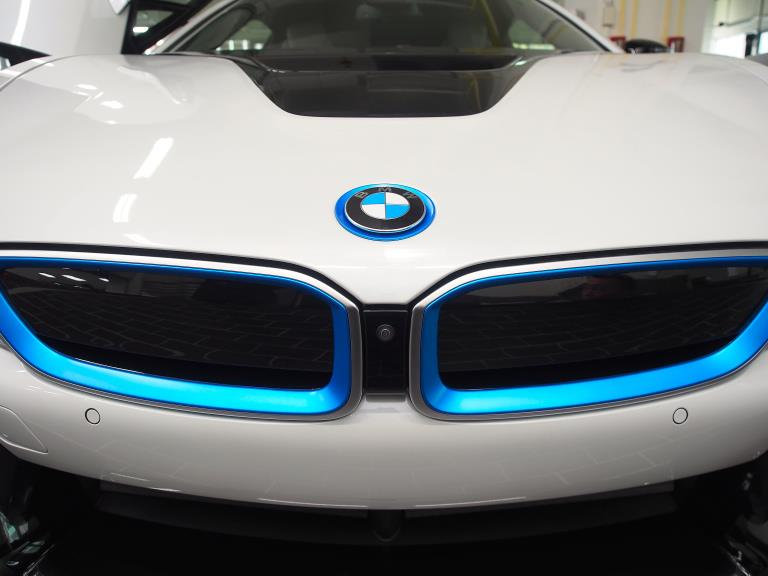 「BMW i8」Plug-in hybrid 插電式油電混合跑車,車頭隻2腎中間有個攝影鏡頭,是BMW的駕駛輔助系統。(圖為業者提供)