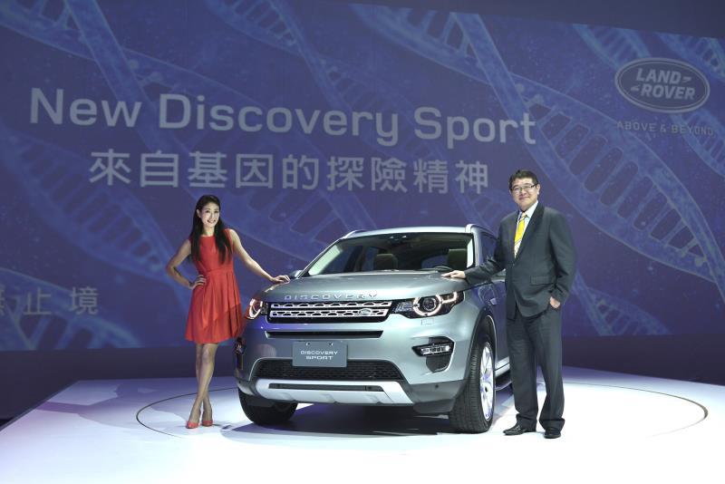 九和汽車營銷處協理詹士賢,與賈永婕一同展示New Discovery Sport。(圖為業者提供)
