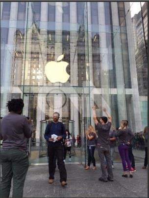 (陸媒指出,蘋果積極推動無實體電子SIM技術。圖/中央社)