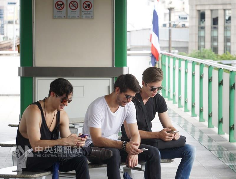泰國政府為確保使用行動網路銀行安全和維安理由,準備在明年2月起對行動電話用戶實施指紋建檔,包括預付卡或月租用戶。 中央社記者劉得倉曼谷攝