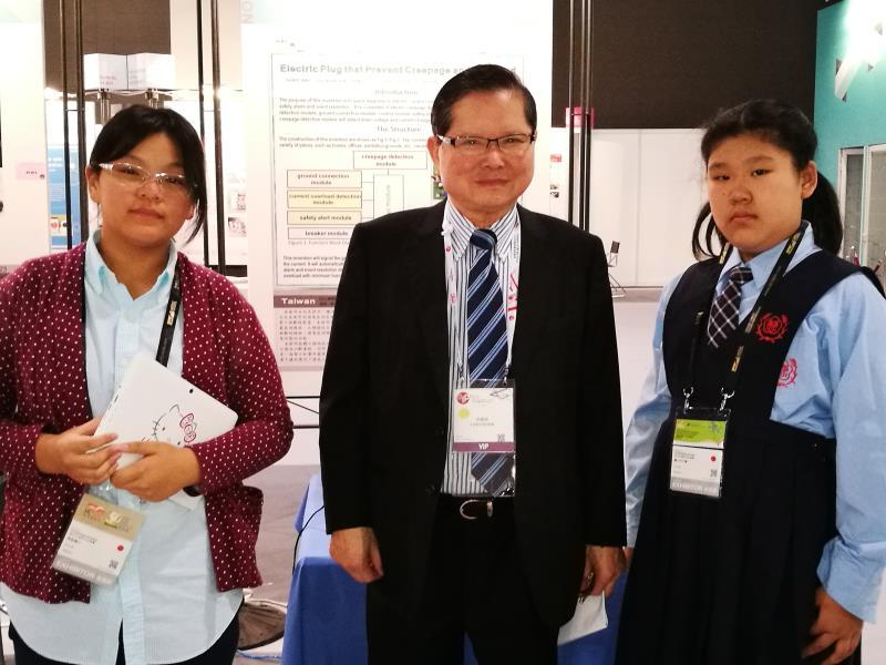 金牌得獎者駱俠安(左)、中華創新發明協會理事長吳俊國(中)與湯惟(右)合影