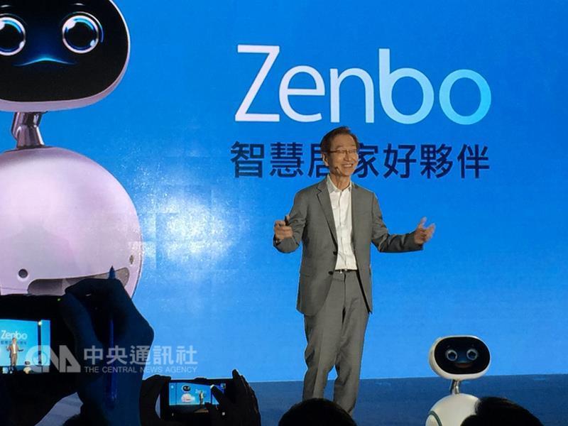 電腦品牌廠華碩董事長施崇棠21日主持智慧居家機器人 Zenbo媒體見面會,展示趣味學習小玩伴、聰明生活小 幫手、貼心家庭小總管3大面向應用。 中央社記者吳家豪攝