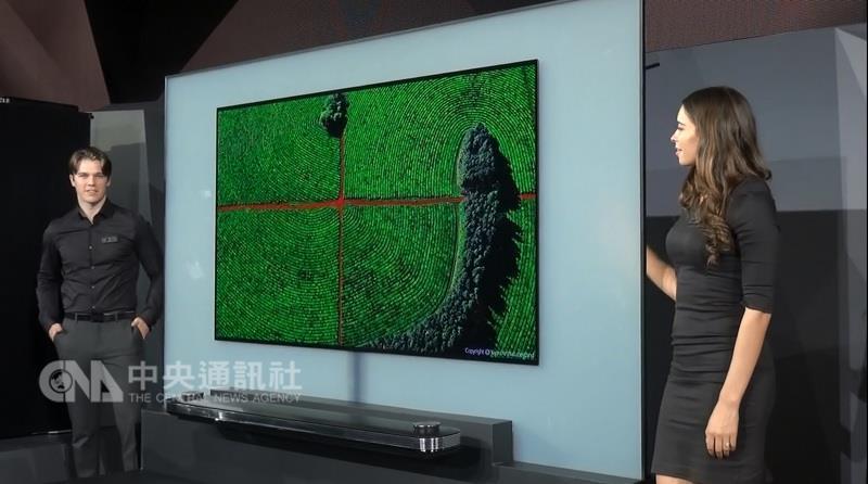 南韓3C電子大廠LG在今年美國消費性電子展,推出薄如 紙張的4K高畫質超薄電視LG Signature 4K OLED W。LG 說,牆紙電視的概念猶如在家打開一扇面向世界的窗。 中央社記者曹宇帆拉斯維加斯攝