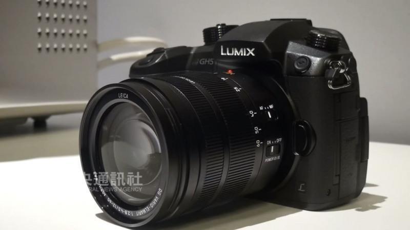 Panasonic發表新相機GH5,配備1800萬畫素、M4/3感 光元件,外觀也由圓滑改為更具稜角的設計。 中央社記者曹宇帆拉斯維加斯攝