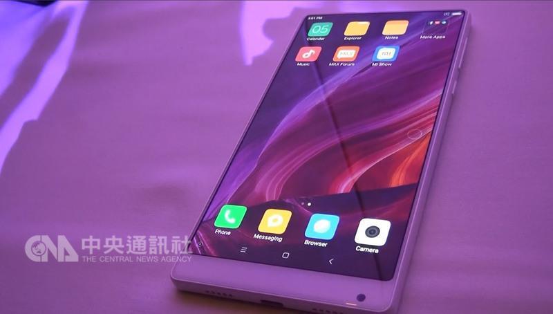 中國大陸品牌小米首次參加消費性電子展(CES),推 出白色陶瓷款的新機小米MIX。 中央社記者曹宇帆拉斯維加斯攝