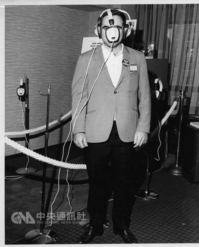 美國消費性電子展(CES)本屆邁入50週年,主辦單位 在官網建置老照片區,回顧50年人類科技發展歷程。圖 為1969年展出的高音質耳機,像極了目前當紅的虛擬實 境(VR)科技配備,或許正是VR配備設計概念的鼻祖。 (摘自CES官網) 中央社記者曹宇帆洛杉磯傳真