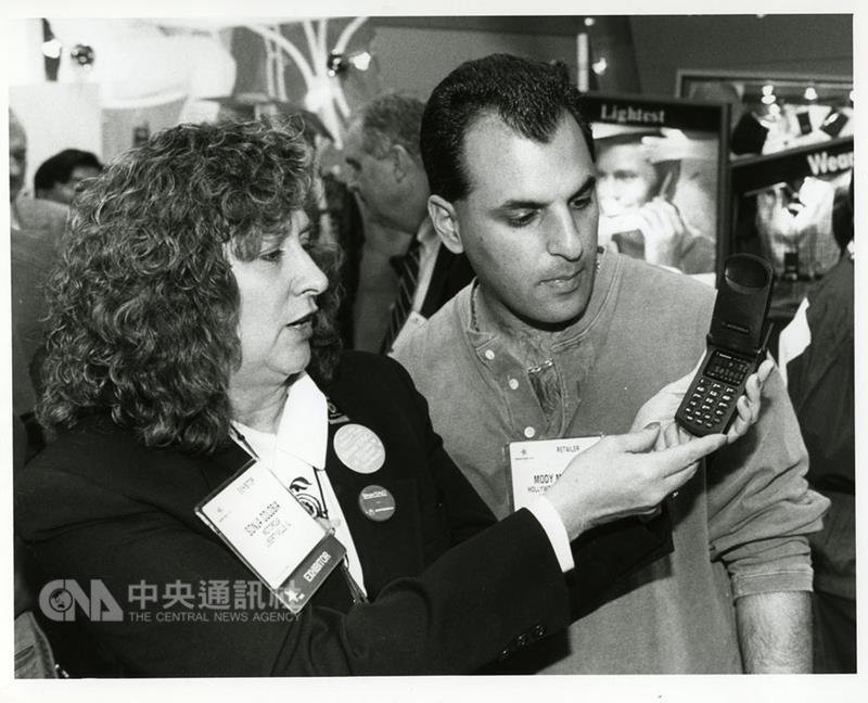 美國消費性電子展(CES)本屆邁入50週年,主辦單位 在官網建置老照片區,回顧50年人類科技發展歷程。 1996年摩托羅拉(Motorola)推出全球首款翻蓋手機 StarTac,曾造成搶購熱潮。 (摘自CES官網) 中央社記者曹宇帆洛杉磯傳真