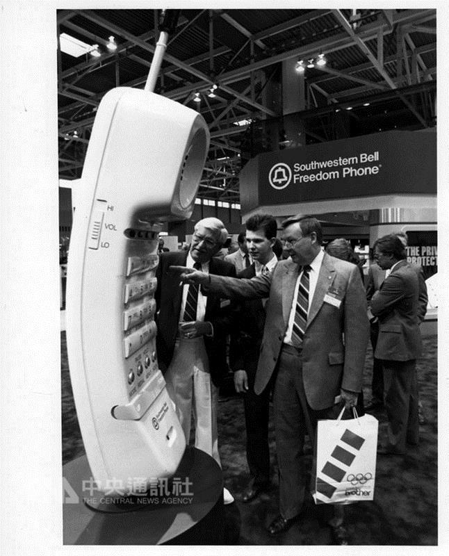 美國消費性電子展(CES)本屆邁入50週年,主辦單位 在官網建置老照片區,回顧50年人類科技發展歷程。圖 為1989年CES展示的無線電話,是手機還沒問世前,最 潮最炫的產品。 (摘自CES官網) 中央社記者曹宇帆洛杉磯傳真