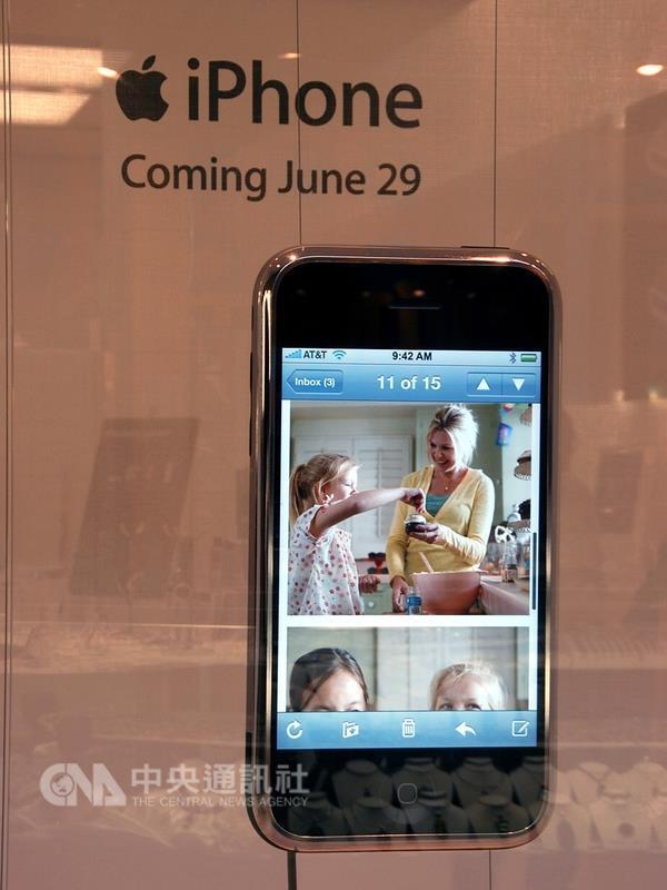 第1代iPhone售價499美元,容量僅4GB,是手機、也是音樂播放器和連接網路的裝置。(中央社檔案照片)