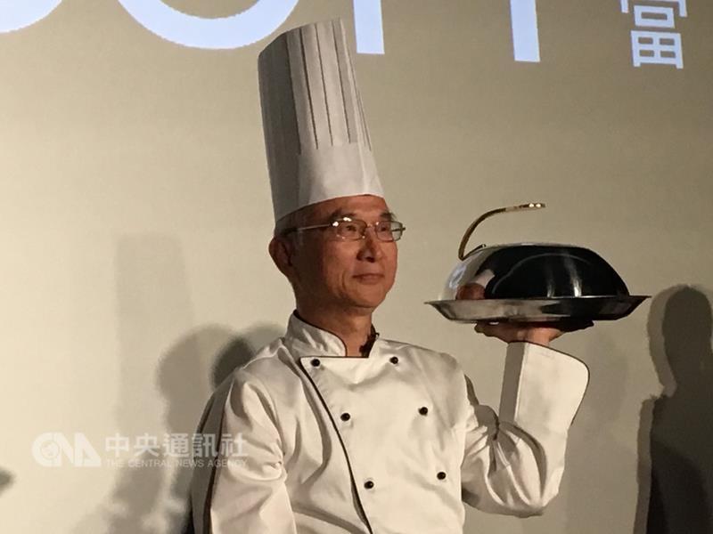 鴻海集團副總裁呂芳銘化身主廚,下午介紹推薦 BANDOTT(便當)4K數位機上盒與影音內容服務。 中央社記者鍾榮峰攝