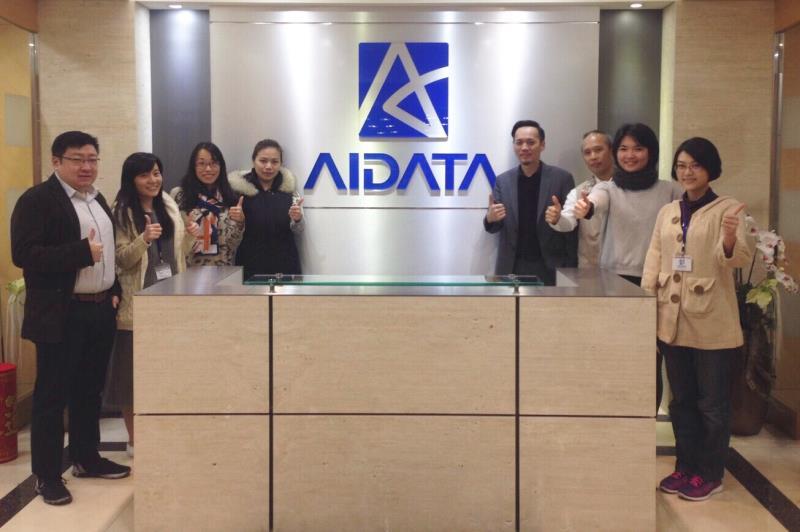 浩辰企業總經理何玖軒(右4) 和銷售執行團隊。