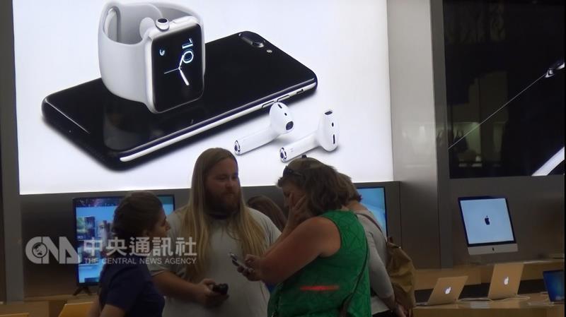 美國總統川普致力推動在「美國製造」商品,但要蘋果公司停止在中國大陸製造經典手機iPhone真的有可能實現嗎?(中央社檔案照片)