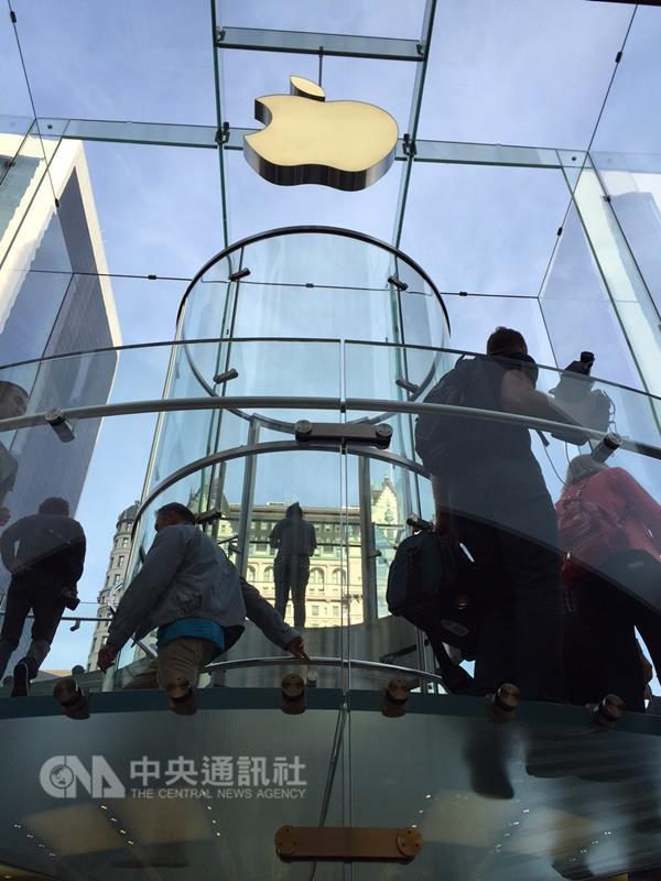 蘋果新款MacBook預期更省電。外媒報導,蘋果正在開發ARM新晶片,鎖定低功耗功能。圖為蘋果紐約旗艦店。(中央社檔案照片)