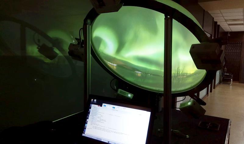 百聿數碼創意3D影音模擬機,由6台投影機組成。