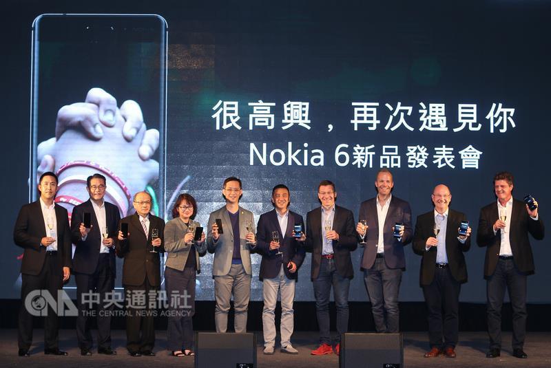 HMD Nokia 6新品發表會7日在三創生活園區舉行,宣布 將在8日正式登台開賣,合作夥伴們一起上台告訴大家 Nokia回來了。 中央社記者謝佳璋攝