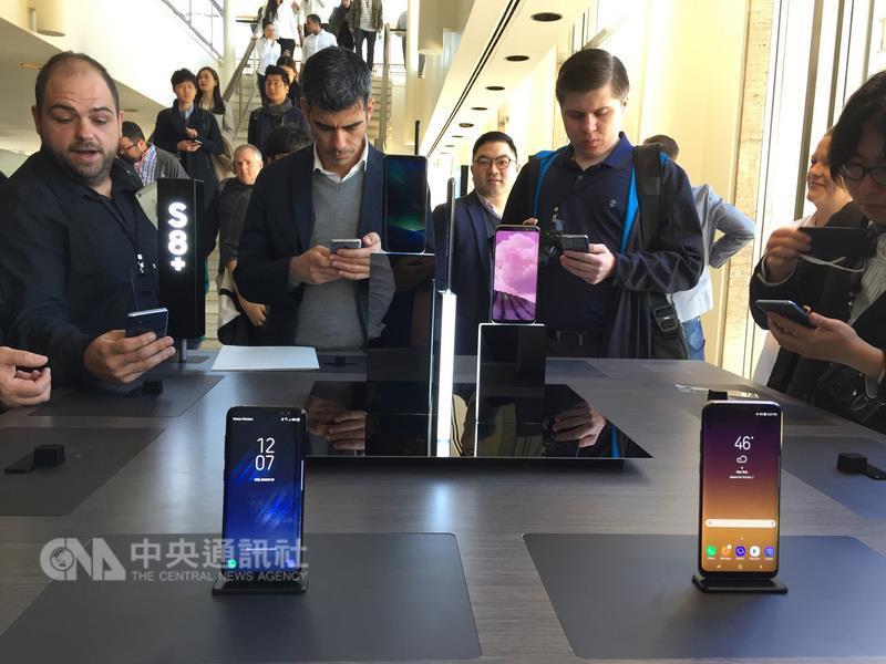南韓三星電子(Samsung)29日(當地時間)在紐約與 倫敦同步推出最新旗艦機Galaxy S8及S8+,消費者試 用情形。 中央社記者黃兆平紐約攝
