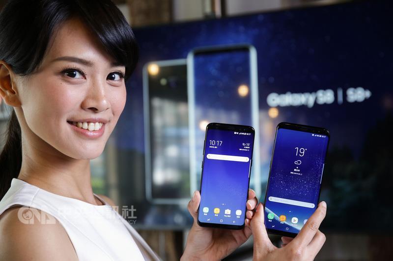 三星電子正式發表5.8吋的Galaxy S8及6.2吋的Galaxy S8+,搭載的無邊際螢幕與極細邊框設計、10奈米處理 器、人機智慧互動介面,並支援支援虹膜辨識行動支付 ,將於4月21日上市。 (三星電子提供) 中央社記者吳家豪傳真