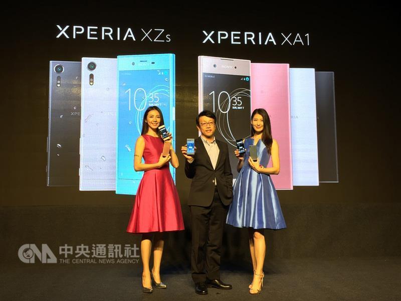 Sony Mobile於31日宣布,支援960fps(每秒960格)的 超級慢動作錄影手機Xperia XZs及超級中階手機Xperia XA1將於4月初正式登台開賣。 中央社記者吳家豪攝