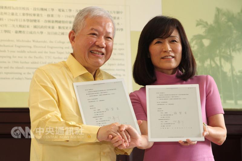 永豐金控董事長何壽川(左)與成大校長蘇慧貞(右) 27日在成大代表雙方簽約,將以產學合作計畫打造金融 人工智慧科技中心。 中央社記者楊思瑞攝 106年5月27日