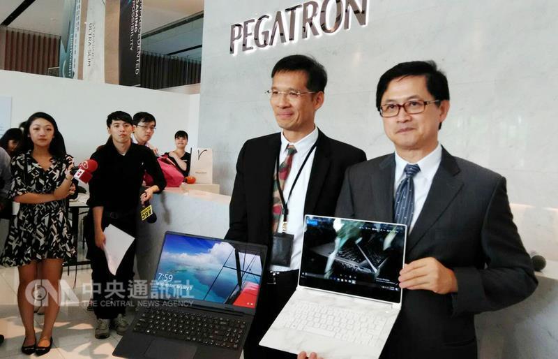 和碩聯合科技1日舉行創新產品發表會,董事長童子賢 (右)一邊把玩自家生產的輕薄筆電,一邊開玩笑說這 「好像假的」,太薄了,表面像是大理石,其實是金屬 。 中央社記者潘智義攝 106年6月1日