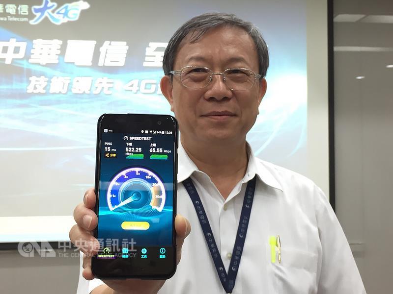 中華電信22日宣布推出全台唯一4CA(4頻聚合)服務, 下載速率可達500Mbps,目前僅支援HTC、Sony、 Samsung三款手機,預計下半年將有更多旗艦機支援4CA 服務。 中央社記者吳家豪攝 106年6月22日