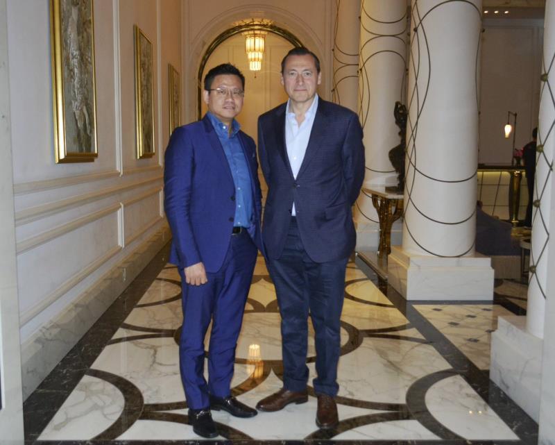 英國科技企業家丹‧瓦格納(右)和台灣品生活公司負責人許良源合作,在台灣推出新的移動電子商務技術。