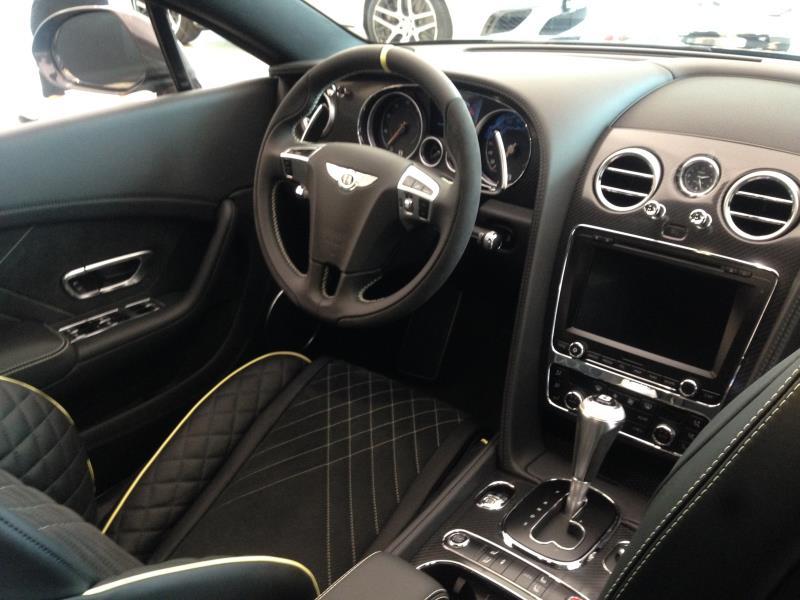 Supersports專屬三色內裝配置搭配全新菱形絎縫設計,展現極致超跑魅力