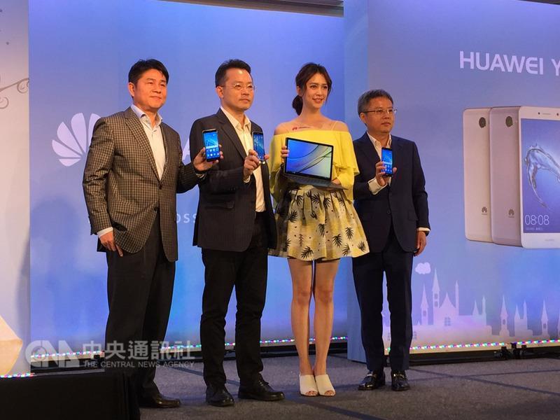 華為9日在台灣舉行新品體驗會,推出2支手機、2款穿 戴型裝置、1台平板以及第一次在台灣市場銷售的二合 一產品HUAWEI MateBook E,並邀請新生代女星劉奕兒 (右2)擔任活動嘉賓。 中央社記者吳家豪攝 106年8月9日