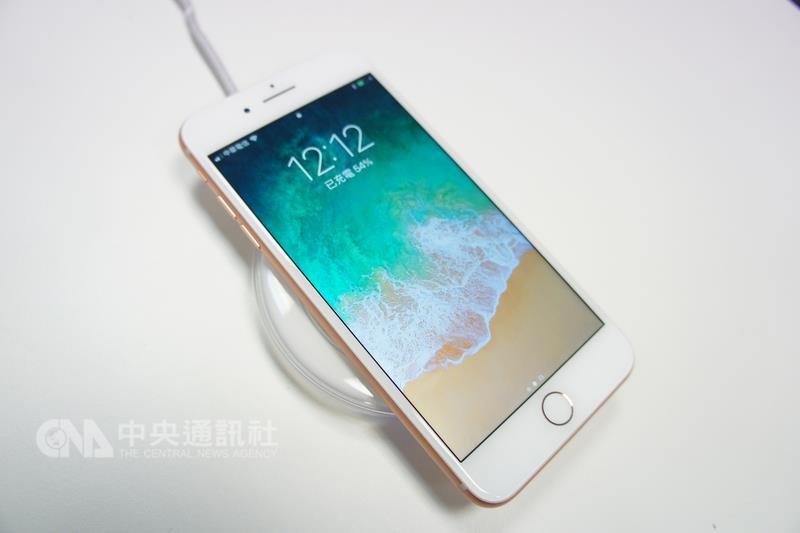 iPhone 8系列新機22日開賣,搭配無線充電板,可使用 無線充電功能。 中央社記者吳家豪攝 106年9月22日