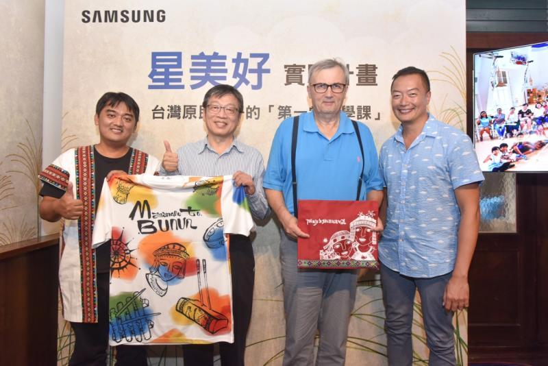 由左至右分別是巴楠花部落小學校長阿浪、台灣三星電子商用產品解決方案事業部總經理吳昇奇、聯合國教科文組織(UNESCO)的哲學顧問-奧斯卡‧伯尼菲博士及國際NGO工作者褚士瑩