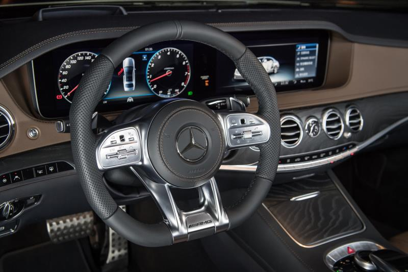 S-Class座艙全面配備巨幅多媒體螢幕,內建最新世代COMAND Online系統,新增中文聲控功能,全新方向盤則新增觸控按鍵,進化操控環境。