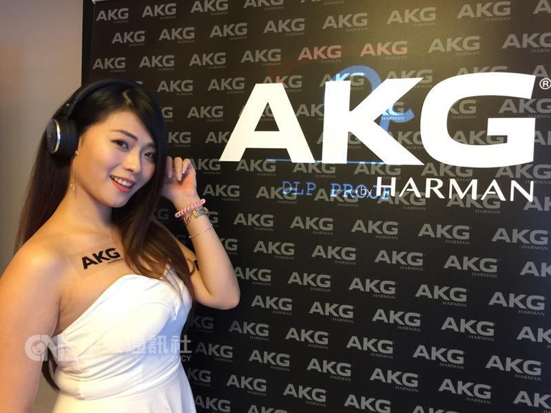 哈曼國際(Harman)25日在台發表AKG品牌多款耳機,包括獲得2017年iF設計獎的無線藍牙抗噪耳機N60 NC Wireless。中央社記者吳家豪攝 106年10月25日