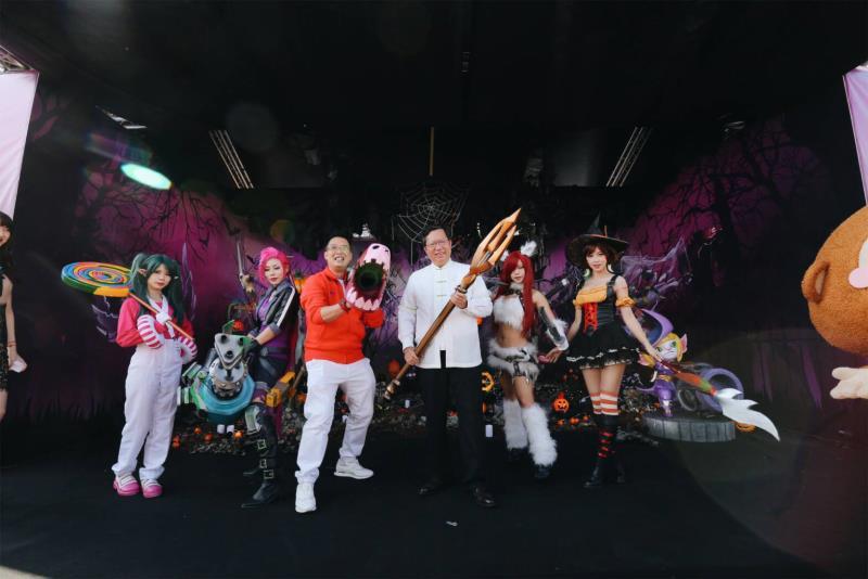 桃園市長鄭文燦(圖中白衣)、新加坡駐台辦事處代表黃偉權(著紅衣者)和《英雄聯盟》知名Coser在台上互動,一同歡慶萬聖節