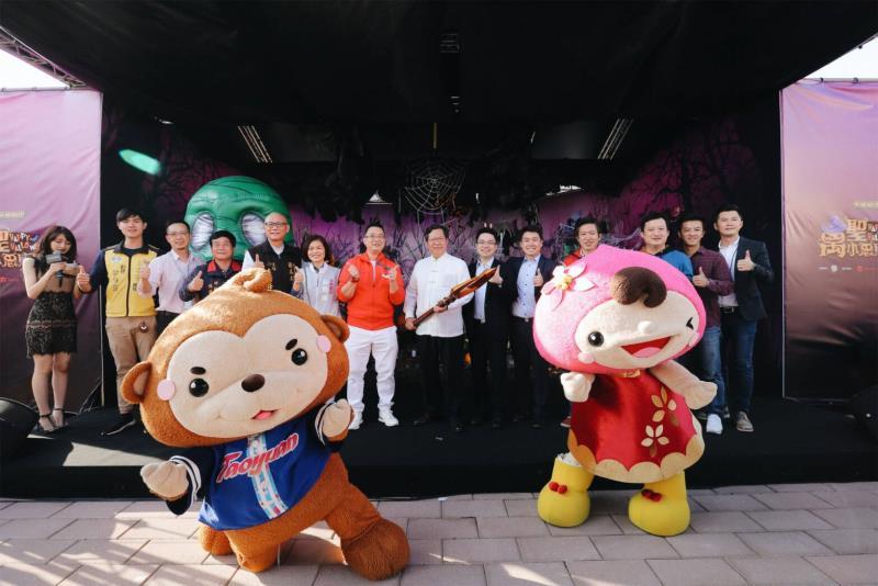 桃園市長鄭文燦(圖中白衣)、新加坡駐台辦事處代表黃偉權(著紅衣者)與Sea公共事務負責人黃大維(右六)今日出席華泰名品城《英雄聯盟》萬聖小惡摩派對