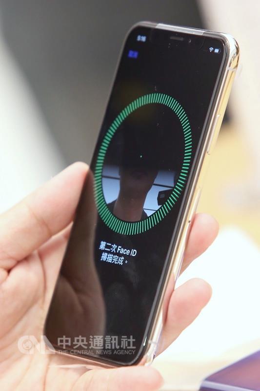 iPhone X 3日開賣,目前iPhone X首波供貨全台不到10萬支,第二波iPhone X預計下週到貨,看好年底前消化預約訂單。 中央社記者吳翊寧攝 106年11月3日