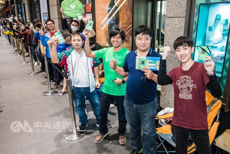 台灣微軟搶先歐美等全球20多個地區於7日凌晨舉行 Xbox One X 首賣儀式,熱情玩家不畏風雨,4天半前就排隊,排隊人潮近百人,熱度不輸iPhone X。(台灣微軟提供)中央社記者韓婷婷傳真 106年11月7日