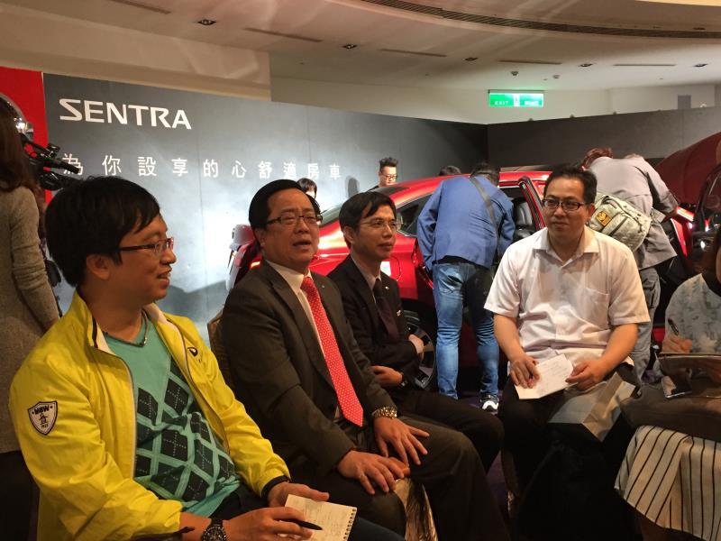 李振成(左前二)透露,年底的新車大展,裕隆日產汽車展出車款相當吸睛,民眾千萬把握。