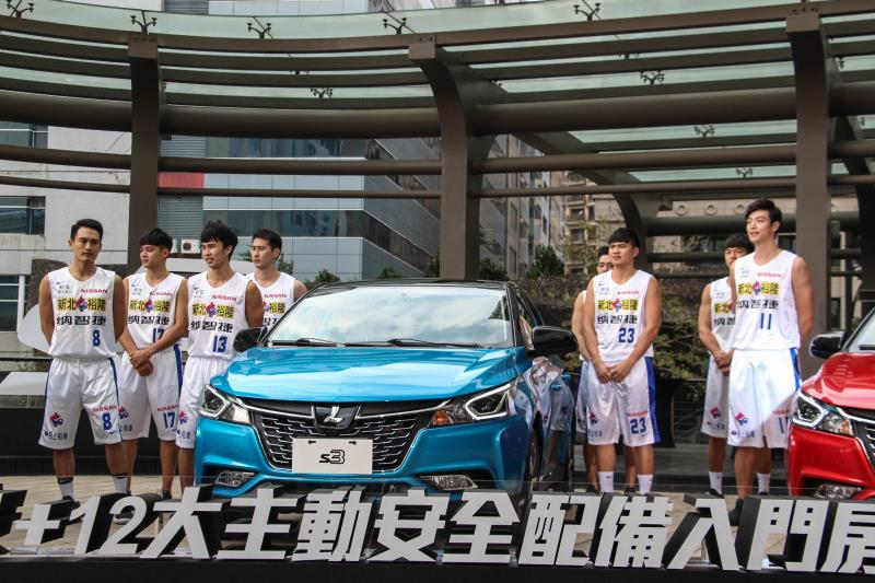 為了展示S3的大空間,品牌找來八位裕隆納智捷籃球隊的隊員一起塞到車內。