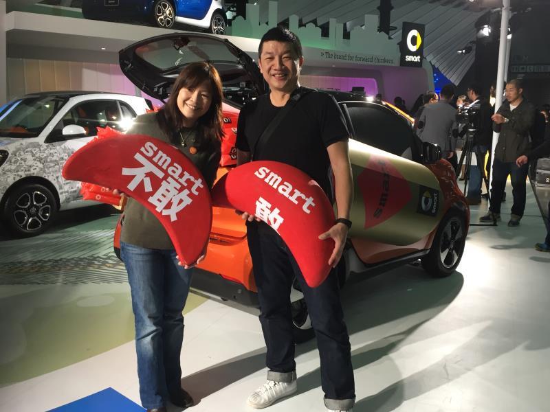 陳允若(左)代表台灣賓士,鼓勵車迷朋友,只要你敢,smart陪你勇敢追夢。