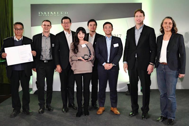 台灣賓士總裁邁爾肯(左二)親自率領包含HIMA楊博士及經銷商代表和顧問合作單位團隊,前往Environmental Leadership Award (ELA)頒獎典禮現場,並獲得ELA大獎殊榮。