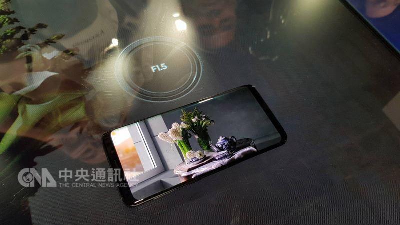 今年全球行動通訊大會三星發表旗艦機Galaxy S9系列,全球首創「一鏡雙光圈」鏡頭設計,並新增超慢動作攝影、AR虛擬人偶等功能。中央社記者江明晏攝 107年2月26日