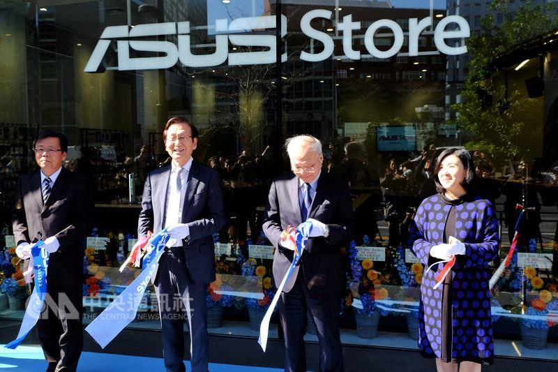 華碩第一家海外旗艦店2日在日本東京赤坂見附車站附近開幕,施崇棠(左2)親自飛來東京剪綵,駐日副代表郭仲熙(右2)也到場祝賀。中央社記者黃名璽東京攝 107年3月2日