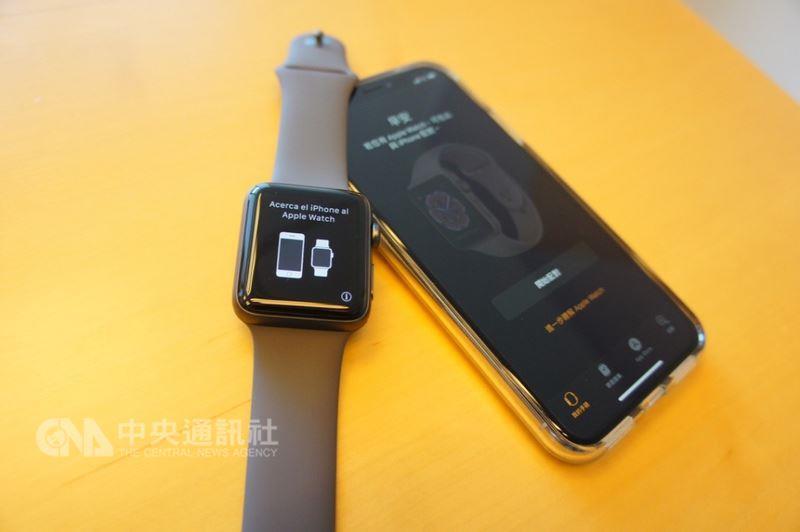 蘋果官方文件形容,具備行動網路功能的Apple Watch Series 3是Apple Watch的「終極演繹」,就算只戴著它外出跑步、買咖啡、遛狗,也能隨時保持聯繫。中央社記者吳家豪攝 107年5月10日