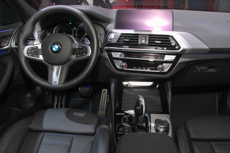 X4的內裝布局與近期的BMW無太大的差異,主要是新增了全新的安全系統以及智慧互聯功能。