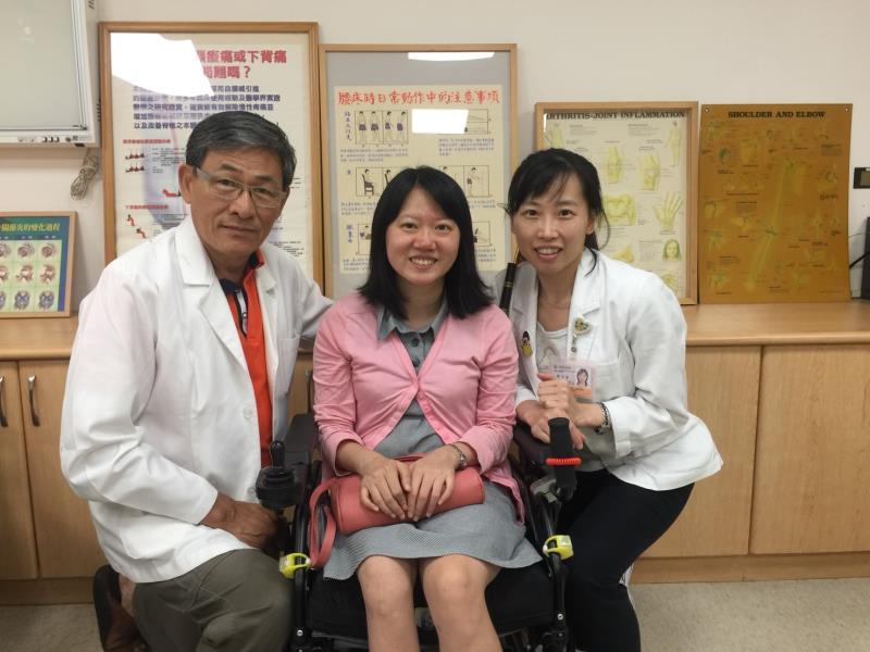 振興醫院武而謨(左)、物理治療師劉宇菁(右)、患者黃詩云發起募款,希望參加秋天在澳洲舉辦「國際小兒麻痺日研習」,學習先進國家照護方式。