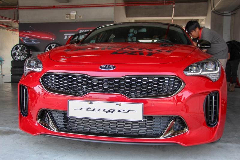 KIA Stinger的車頭採用虎鼻水箱護罩造型,加上源自於Kee Concept的前保桿進氣口,整合出性能動感的外觀。